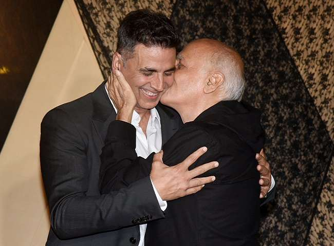 bollywood-alia-bhatt-father-mahesh-bhatt-with-aksh