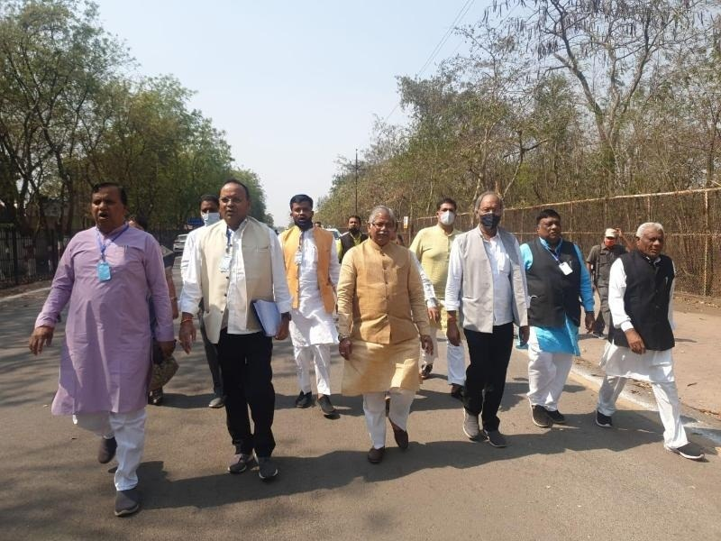 uproar-in-chhattisgarh-assembly-bjp-reached-cag-fo